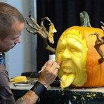 Страшные скульптуры из тыквы к празднику Хэллоуину.