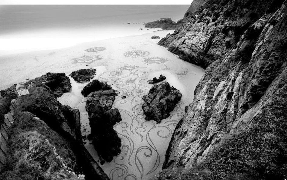 Большие и красивые рисунки на песке.