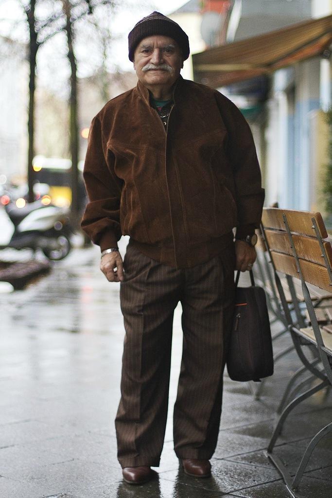 Старичок Али каждый раз в разной одежде