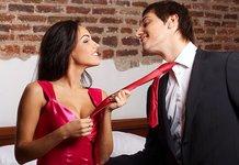 Поцеловать девушку при парне