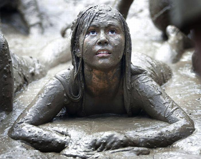 Девчонки в грязи красивую