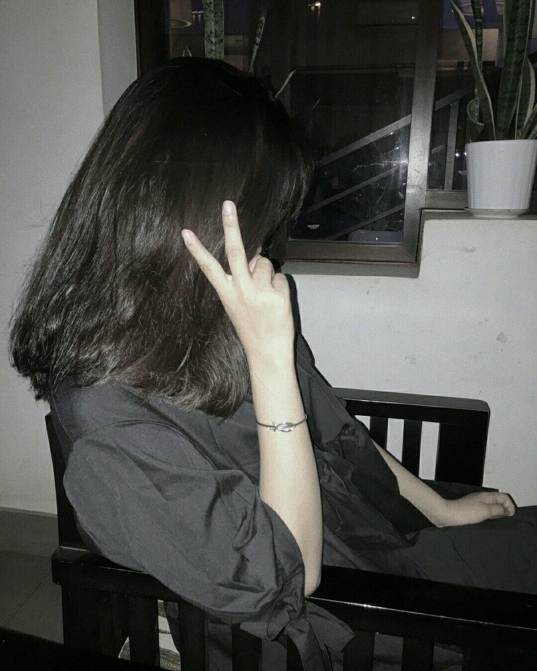 Девушки с короткими темными волосами без лица