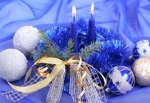 Свечи и елочные игрушки
