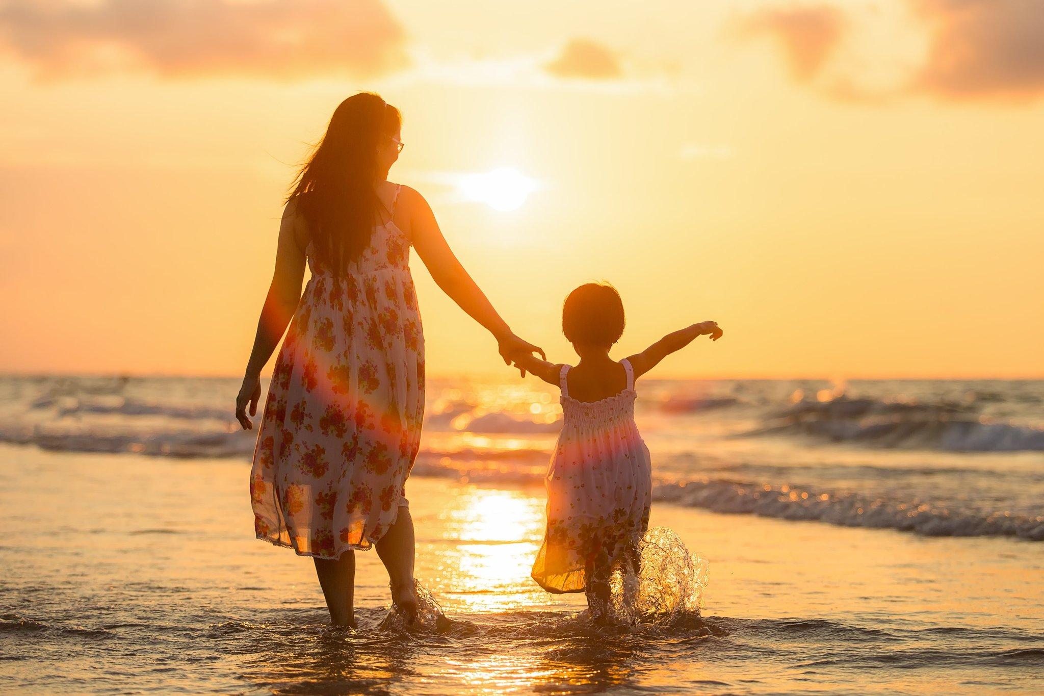 Картинки мама с дочками на закате