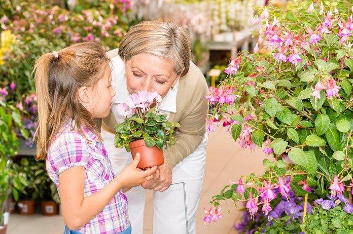 Девочка дарит бабушке цветы