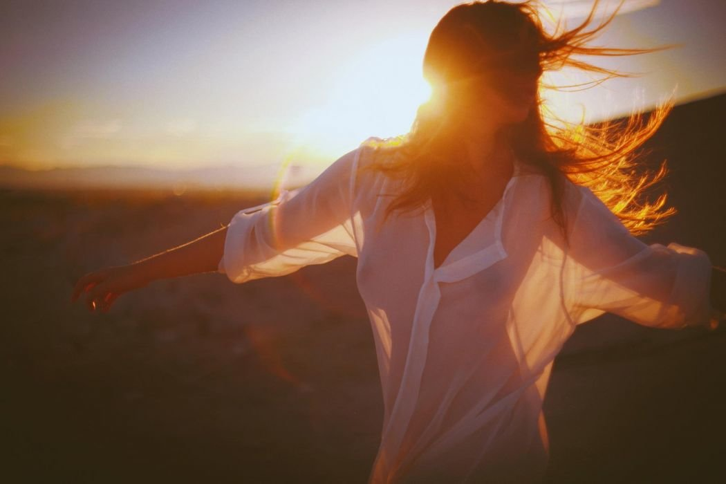 Девушка в лучах света картинки