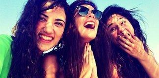 Девочки смеются