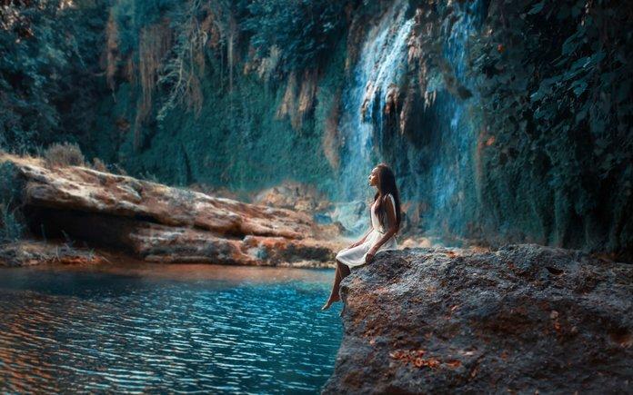 Девушка и водоем