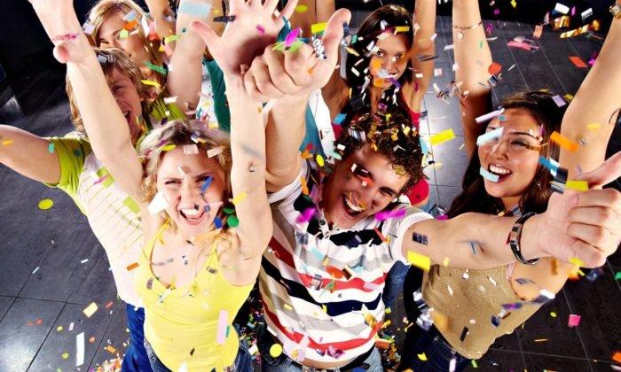 Одноклассники празднуют выпускной
