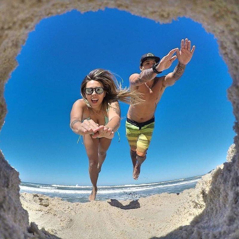 Парень с девушкой прыгают