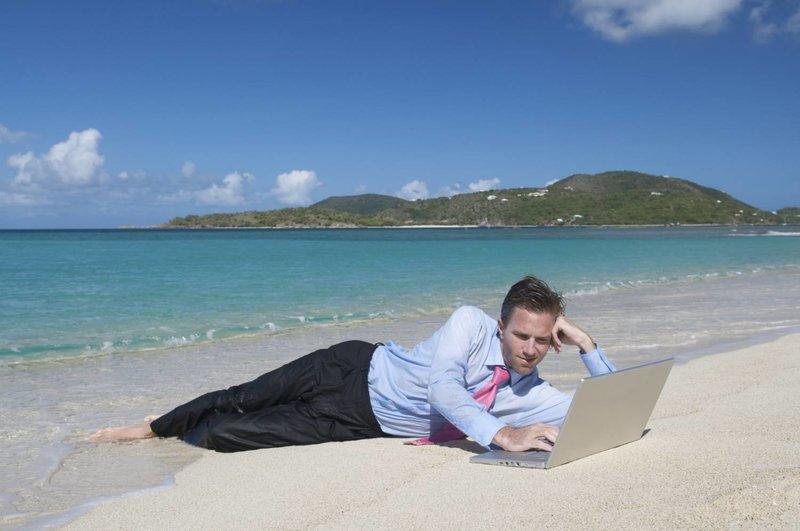 Мужчина на пляже работает