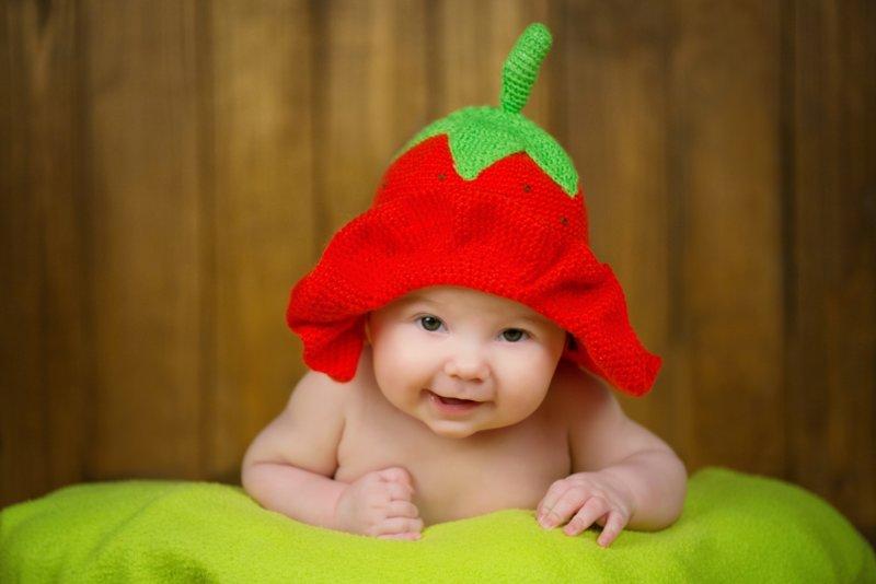Малыш в вязанной шапочке
