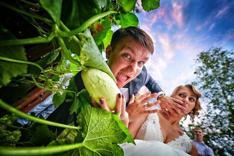 Жених отталкивает невесту