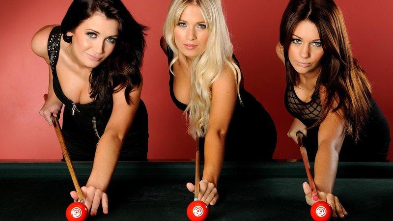 3 девушки за столом