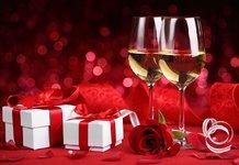 Бокалы с шампанским и подарки