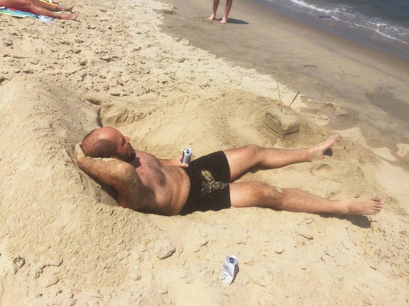 Мужчина на диване из песка