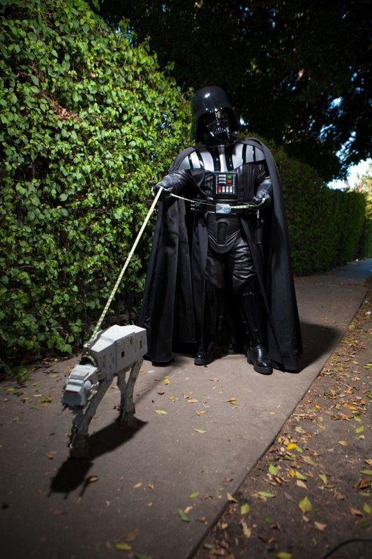 Дарт Вейдер выгуливает пса
