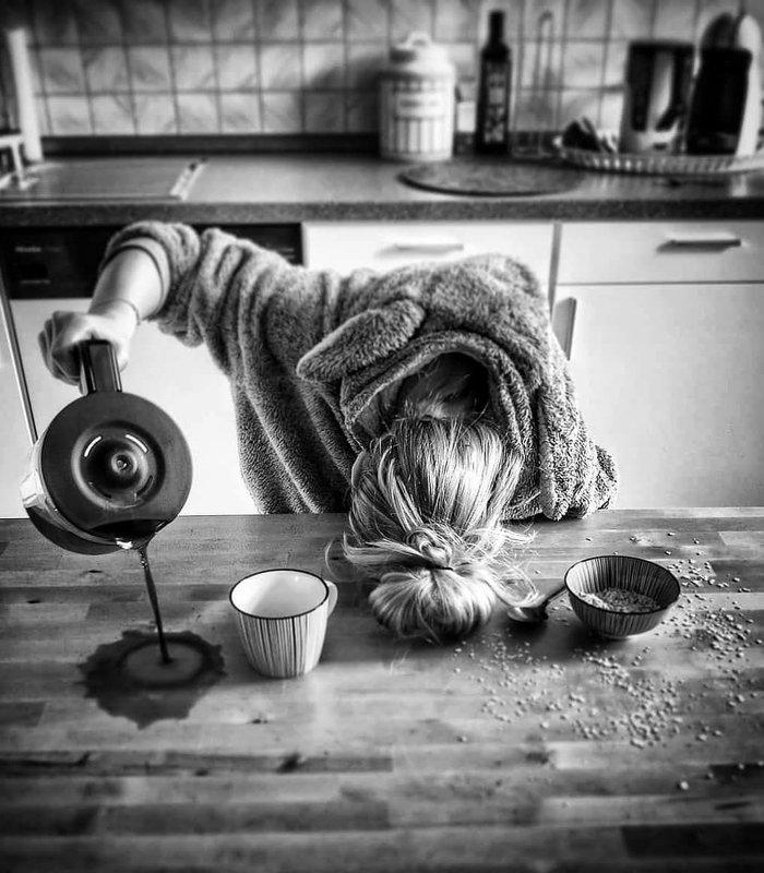 Женщина проливает кофе