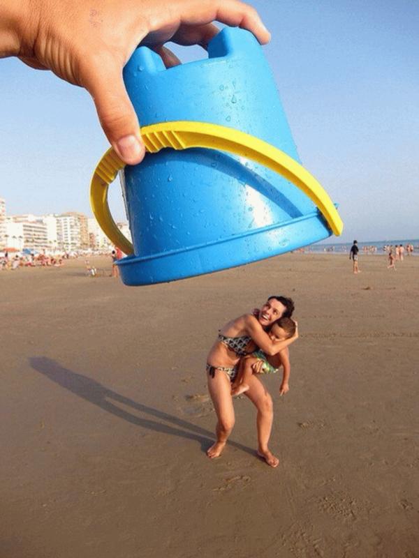 Накрывая ведерком для песка