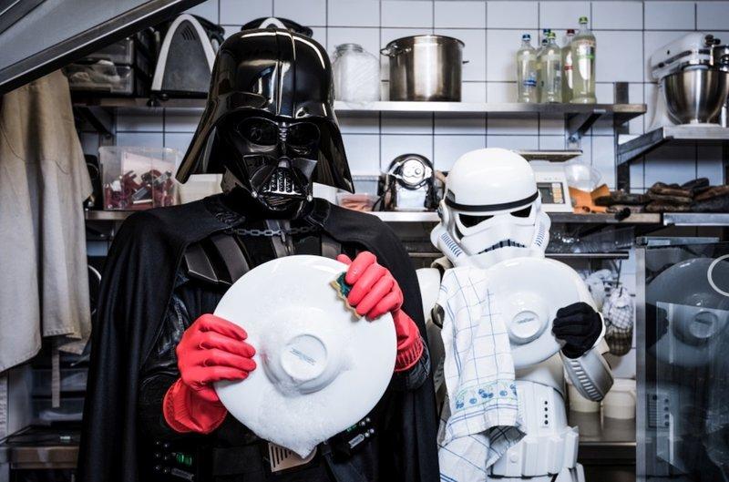 Штурмовик и Дарт Вейдер моют посуду