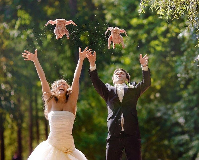 Пара подбрасывает куриц