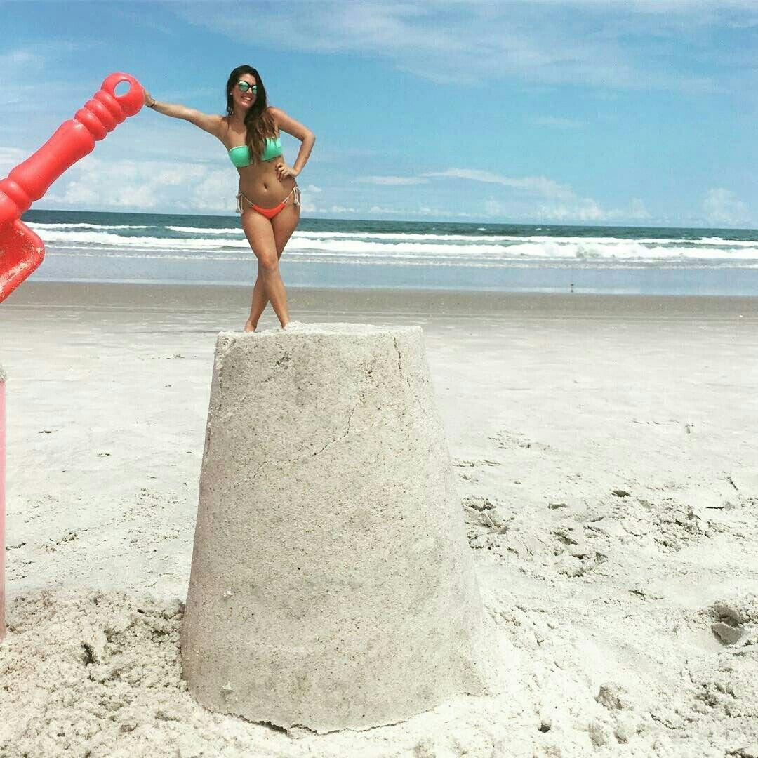 наклейке фото дур с пляжа использует собственный палец