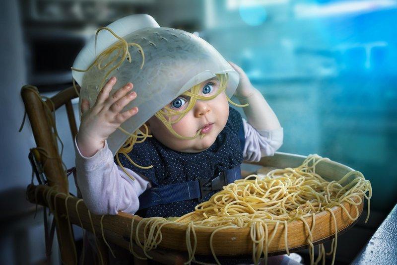 Малыш играет с едой