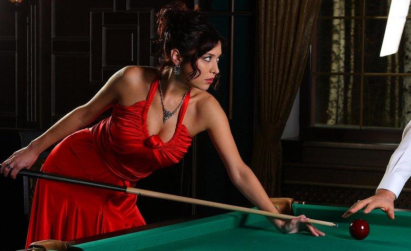 Девушка в красном за бильярдным столом