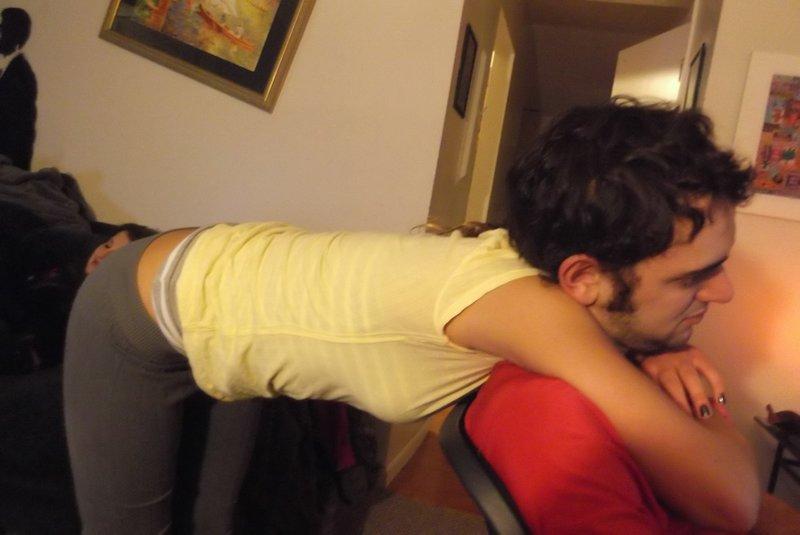 Девушка обнимает парня со спины