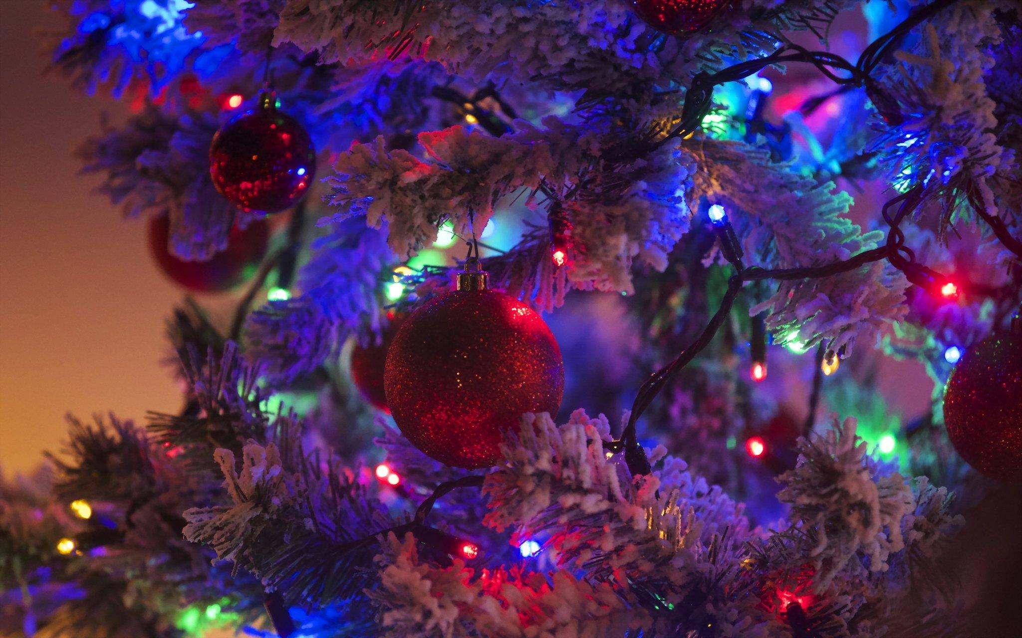 центре новогодние обои на рабочий стол елка в огнях широкоформатные звезды