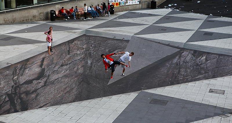 Асфальт с оптической иллюзией на главной улице