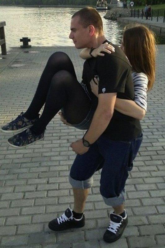 Мужчина несет девушку