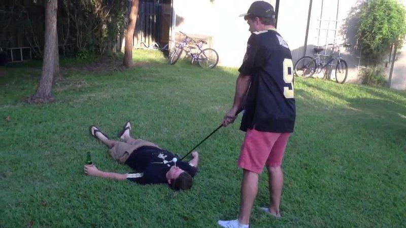 Мужчины играют в гольф