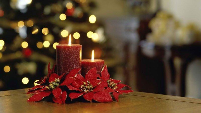 Новогодние красные свечи