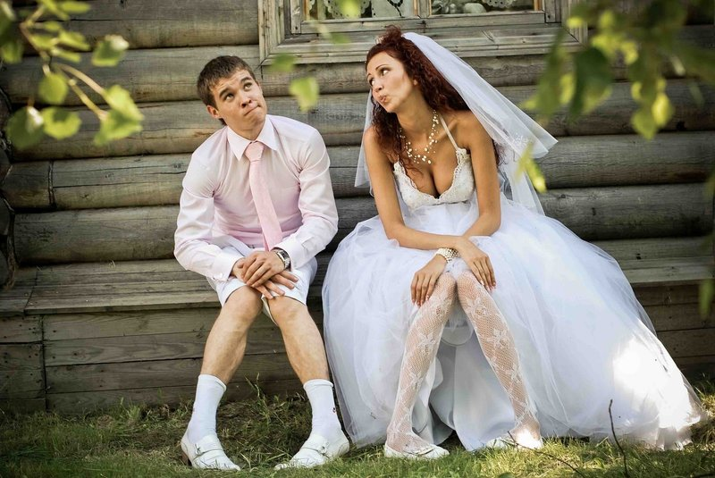 Жених с невестой показывают ноги