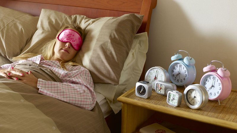 Девушка и много будильников