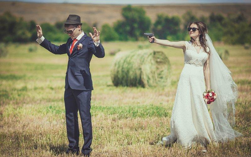 Невеста целится в жениха