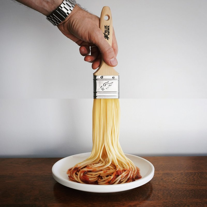 Кисть для краски и спагетти