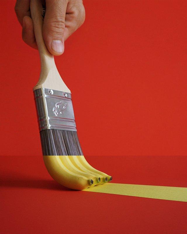 Кисть для краски и бананы