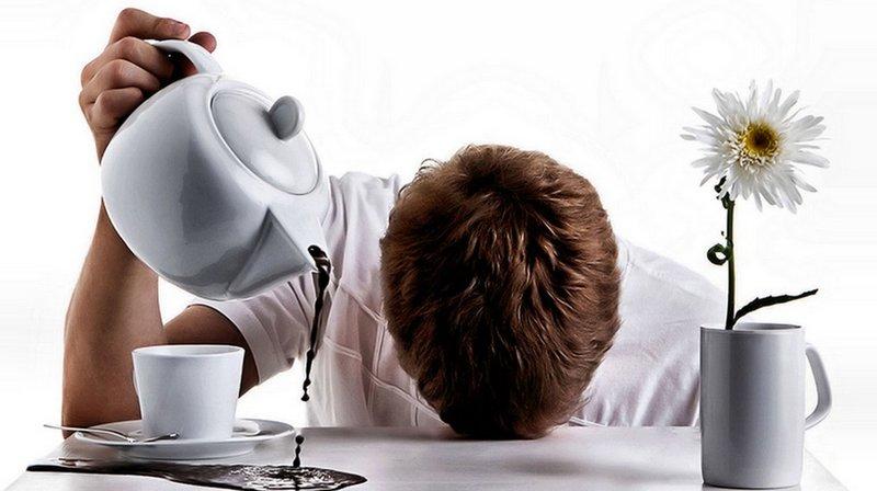 Мужчина проливает кофе