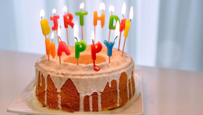 Торт со свечками на день рождение