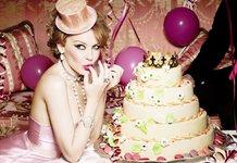 Девушка с тортом