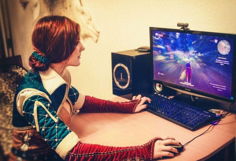 Девушка-геймер косплеит персонажа