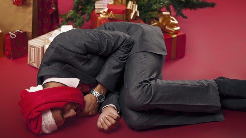 Мужчина спит под елкой