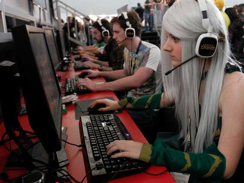 Девушка-геймер на косплей-слете