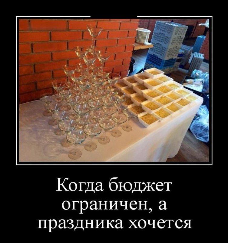 Бокалы с алкоголем и доширак