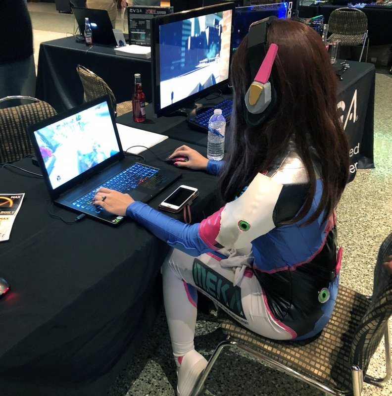 Девушка-геймер в косплее персонажа