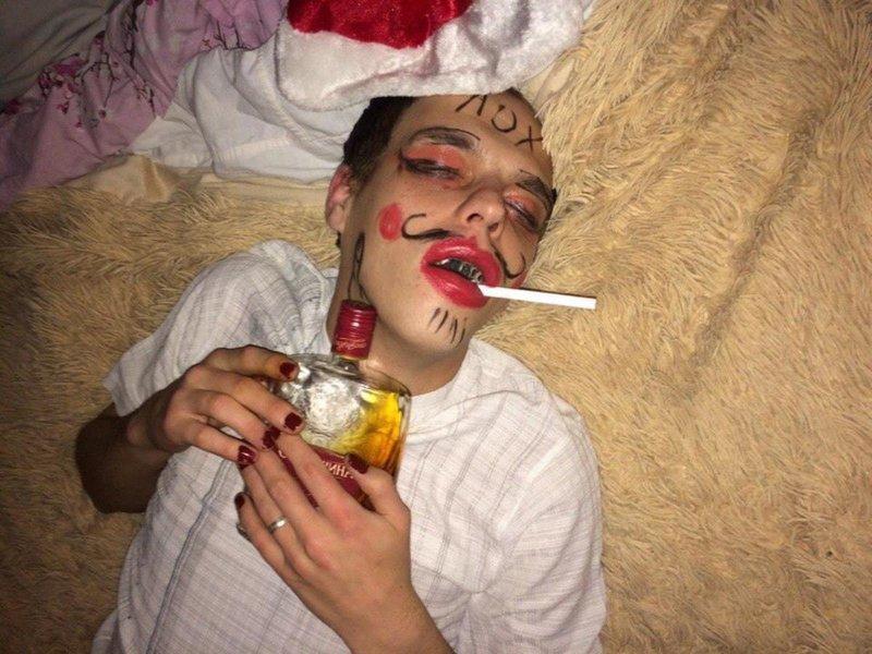 Спящему разрисовали лицо