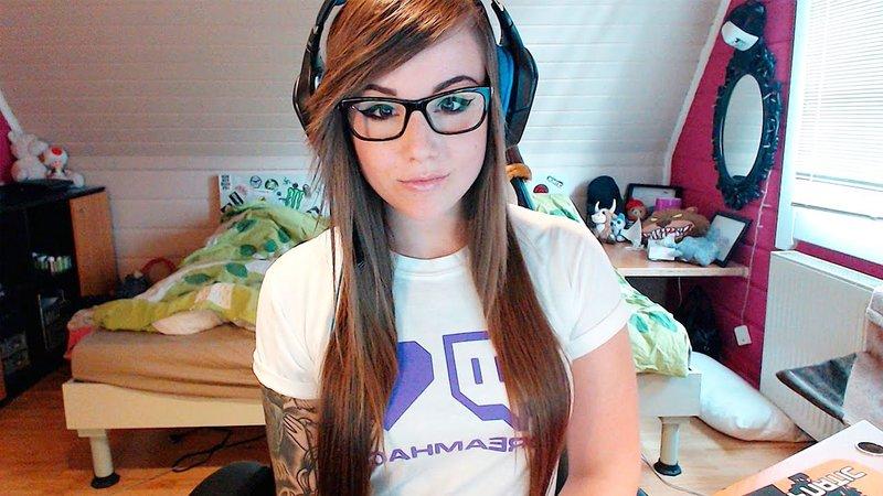 Девушка-геймер с рыжими волосами