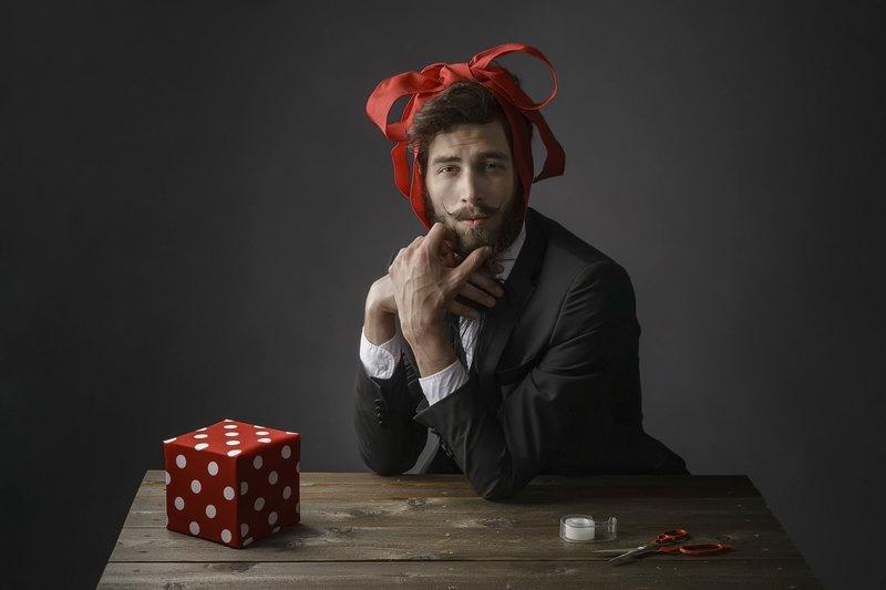Мужчина с бантиком на голове